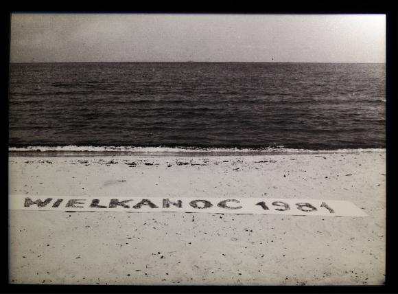 """Teresa Murak, Dokumentacja akcji """"Wielkanoc°'81"""", 1981, fotografia czarno-biała"""