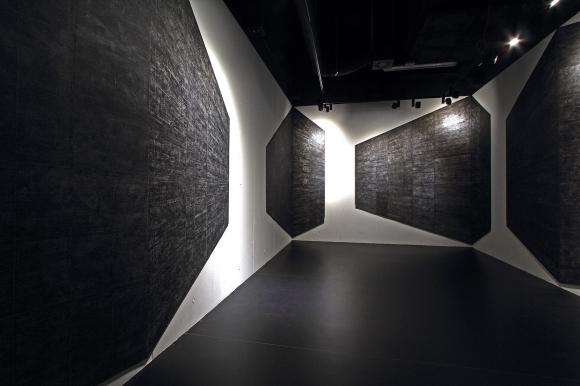 Grzegorz Hańderek, Blokowisko, 2015, grafika, papier; Michał Libera, Grand Ensemble, instalacja dźwiękowa