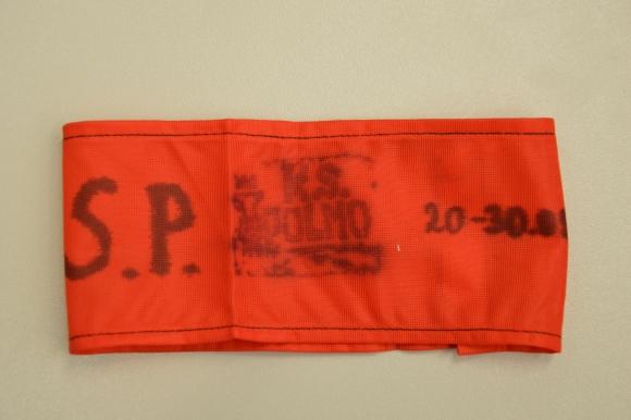 Opaska na ramię noszona w Sierpniu 1980 roku przez strajkującą załogę Fabryki Mechanizmów Samochodowych POLMO. Muzeum Narodowe w Szczecinie, dar Jarosława Sanockiego.