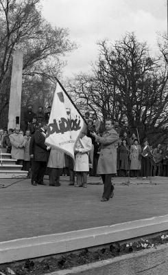 """3 maja 1981 w amfiteatrze w parku Kasprowicza w Szczecinie odbyła się uroczystosć poświęcenia sztandaru """"Solidarności"""". Fot. Stefan Cieślak."""