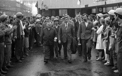 Szczecińscy stoczniowcy oraz członkowie rządu opuszczają teren stoczni po podpisaniu porozumienia 30 sierpnia 1980 roku. Foto: Stefan Cieślak