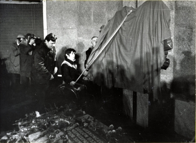 17 grudania 1980 roku, w 10. rocznicę tragicznych zająć z 1970 roku przez bramą główną stoczni szczecinskiej odsłonięto tablicę upamiętniającą ofiary Grudnia'70. Fot. Ryszard Dąbrowski.
