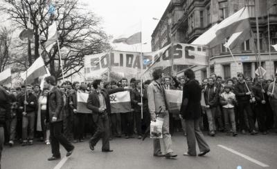 """Pochód zwolenników """"Solidarności"""" 1 maja 1982 roku. Fot. Ireneusz Kłosowski."""