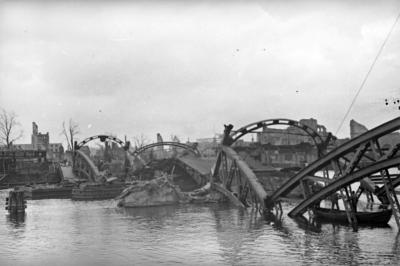 Ruiny nieistniejšcych już Mostu Kłodnego i Mostu Dworcowego, zniszczone podczas wycyfywania się niemieckich żołnierzy ze Szczecina w 1945 roku. Polska Agencja Prasowa