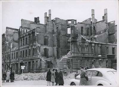 Zrujnowany narożnik zabudowy kamienicowej z hałdami cegieł  w rejonie ul. Potulickiej i Sowińskiego po nalotach z 20/21 kwietnia 1943 roku. Muzeum Narodowe w Szczecinie