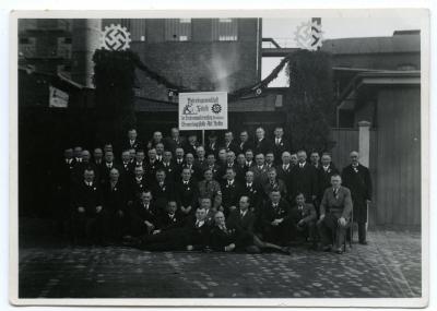 Związek zawodowy pracowników szczecińskiej fabryki spirytusowej przy ul. Przejazd (niem. Fährstraße 1) z hasłem poparcia dla monopolu gorzelnego Rzeszy. Muzeum Narodowe w Szczecinie