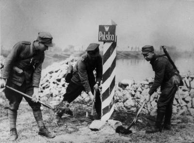 Polscy żołnierze stawiają słupy graniczne nad Odrą. Narodowe Archiwum Cyfrowe.