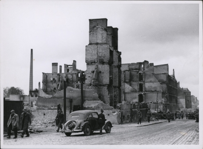 Pierzeja ul. Zygmunta Chmielewskiego 14,15 ze zrujnowanymi kamienicami i częściowo uprzątniętymi zwałami gruzu po nalotach z 20/21 kwietnia 1943 roku. Muzeum Narodowe w Szczecinie