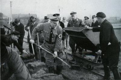 Gauleiter Franz Schwede-Coburg podczas rozpoczęcia prac regulacyjnych na rzece Parsęcie (Gau Pommern im Aufbau, Hg. Von. Gauleitung Pommern des NSDAP, Stettin 1935). Książnica Pomorska