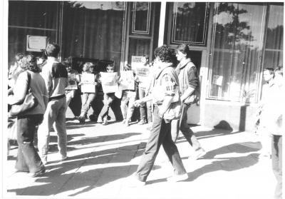 Członkowie szczecińskiego Ruch Wolność i Pokój podczas jednej ze swoich akcji w drugiej połowie l. 80. Ze zbiorów Roberta Naklickiego
