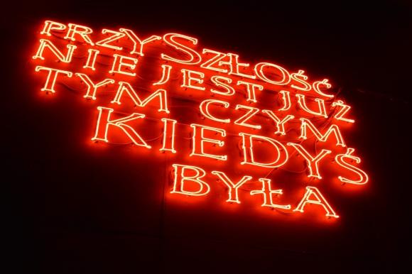 Hubert Czerepok, Przyszłość nie jest już tym, czym kiedyś była (neon) (fot. Aneta Popławska-Suś)