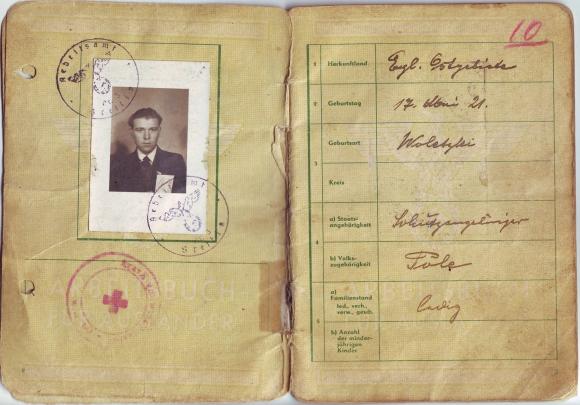 Książeczka pracy polskiego robotnika przymusowego wydana przez urząd pracy w Szczecinie w 1943 r. Ze zbiorów Anety Zimeckiej.