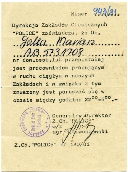 Przepustka umożliwiająca poruszanie się w przestrzeni publicznej po godzinie policyjnej w okresie stanu wojennego. Muzeum Narodowe w Szczecinie, dar Haliny Golla.