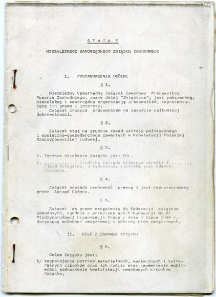 """Pierwsza strona statutu NSZZ """"Solidarność"""" zarejestrowanego 10 listopada 1980 roku. Muzeum Narodowe w Szczecinie."""