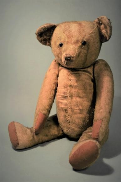 Pluszowy miś – zabawka produkcji Margarete Steiff GmbH. Muzeum Narodowe w Szczecinie, dar Jerzy Matusiak-Tusiacki.