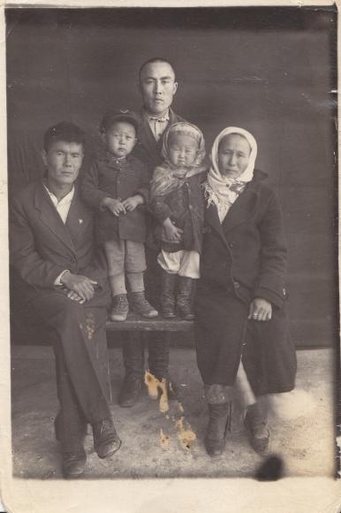 Rodzina Kazachów, u których mieszkała w czasie zesłania rodzina Śliwińskich. Na zdjęciu gospodyni – Maria Biekowa z 3 dzieci (w pierwszym rzędzie) oraz ze znajomym. Na odwrocie dedykacja. Fotografię J. Niesobska otrzymała w 1943 roku. Ze zbiorów Janiny Niesobskiej