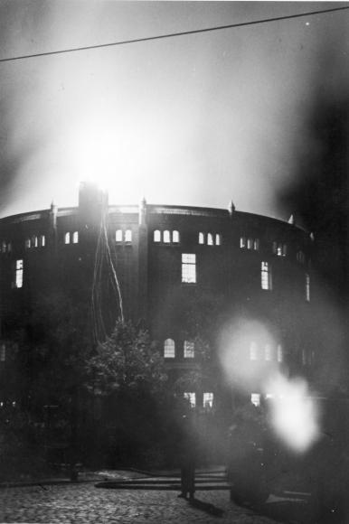 Płonąca gazownia na Niebuszewie przy ul. bł. Wincentego Kadłubka i Boguchwały po nalotach z 30 września/1 października 1941 roku. Muzeum Narodowe w Szczecinie