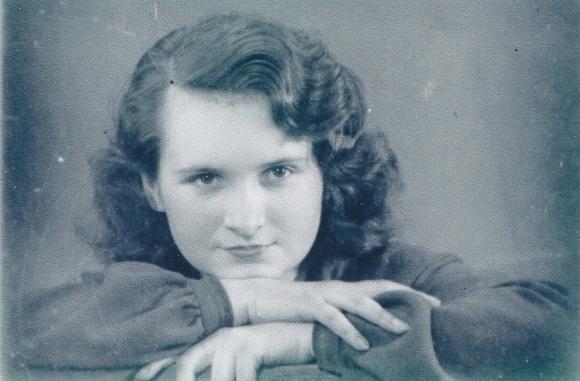"""Danuta Szyksznian-Ossowska. W czasie II wojny światowej łączniczka Związku Walki Zbrojnej ps. """"Szarotka"""", członkini grupy łączniczek """"Kozy"""", ps. """"Sarenka"""", od 1942 r. była żołnierzem Armii Krajowej na Wileńszczyźnie. W 1944 r. brała udział w operacji """"Ostra Brama"""". Aresztowana przez NKWD w 1944 r., przesłuchiwana w więzieniu na Łukiszkach, podczas przesłuchania połamano jej kręgosłup. Skazana na 10 lat pobytu w łagrach. Pod koniec 1945 r. wróciła do Polski. Mieszkała w Drawnie, następnie Darłowie i Szczecinie.  Ze zbiorów Danuty Szyksznian-Osoowskiej"""