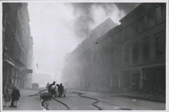 Widok na obecną ul. Staromłyńską z płonącym Hotelem Preussenhof (obecnie Wojewódzki Sąd Administracyjny) po nalotach z 20/21 kwietnia 1943 roku. Muzeum Narodowe w Szczecinie