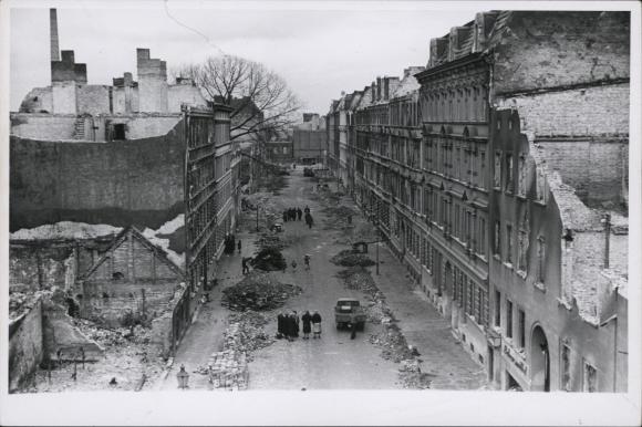 Widok z góry na ul. Szpitalną od strony al. Powstańców Wielkopolskich ze zniszczonymi kamienicami wzdłuż obu pierzei oraz hałdami gruzu po nalotach z 20/21 kwietnia 1943 roku. Muzeum Narodowe w Szczecinie