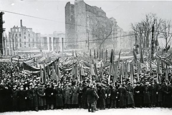 """Manifestacja """"Trzymamy straż na Odrą"""", 1946. Ze zbiorów Jana Tarnowskiego."""