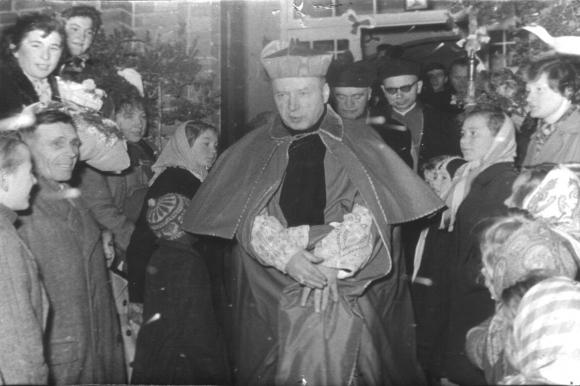 Wizyta Prymasa Polski w Szczecinie była bardzo ważnym wydarzeniem dla katolików w regionie. Na zdjęciach uroczyste powitanie duszpasterza przez harcerzy i mieszkańców wsi Kobylanka (obecny powiat stargardzki), 29 listopada 1957. Ze zbiorów ks. Grzegorza Wejmana.