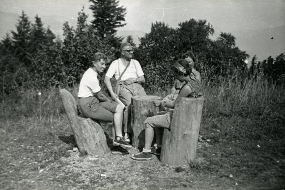 Zakopane wrzesień 1961 wypad na Trzy Korony, Siedzą od lewej: Idalia Dejlitko, Ojciec Władysław Siwek, Krystyna Sowińska (Szymańska) w głębi Krystyna Wołoszczuk. Ze zbiorów Jana Tarnowskiego.