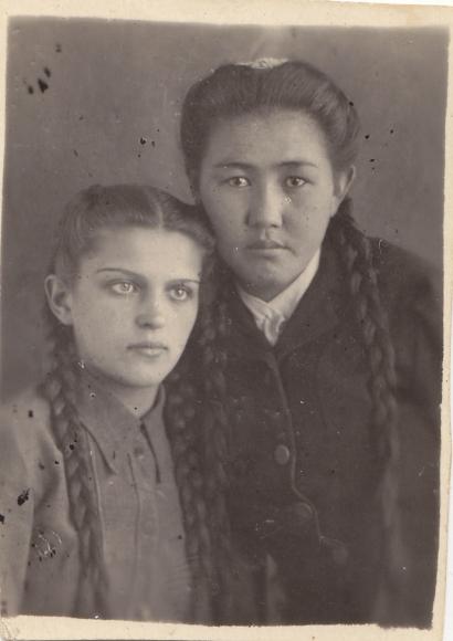 Janina Śliwińska z koleżanką pochodzenia kazachskiego, Ajaguz, luty 1946. Polska rodzina wysiedlona z Kresów do Kazachstanu. Ze zbiorów Janiny Niesobskiej