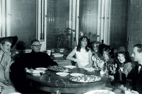 """Karnawał 1960 r. w """"Salonie Heleny Kurcyusz"""", który mieścił się w willi przy ul. Wyspiańskiego 7. Po roku 1956 salon stał się miejscem spotkań towarzyskich przedstawicieli szczecińskiego świata kultury, studentów i opozycjonistów. Ze zbiorów Jana Tarnowskiego"""