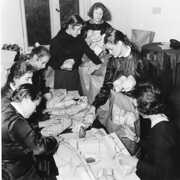 Szczecinianie przygotowujący paczki z pomocą dla walczących Węgrów, 1956. Fot. Stefan Cieślak