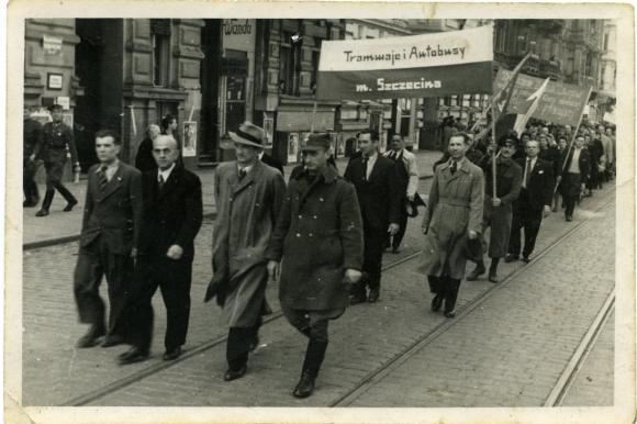Pochód pierwszomajowy w Szczecinie, lata 40. XX w.  Muzeum Narodowe w Szczecinie