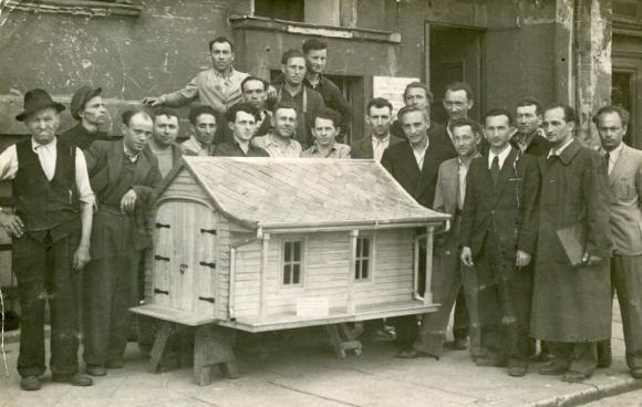 Pracownicy żydowskiej spółdzielni stolarskiej w 1947 roku na obecnym Placu Batorego. Towarzystwo Społeczno-Kulturalne Żydów w Szczecinie