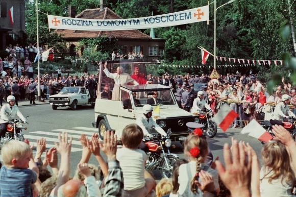 Papież Jan Paweł II witany przez tłum wiernych zgromadzonych na szczecińskich Jasnych Błoniach 11 czerwca 1987 roku. Foto: Benedykt Dulny. Muzeum Narodowe w Szczecinie