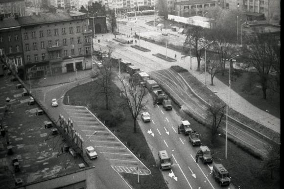 Ul. Bolesława Krzywoustego. Koncentracja sił milicyjnych użytych do stłumienia demonstracji 4 maja 1983 roku. Fot. Ireneusz Kłosowski.