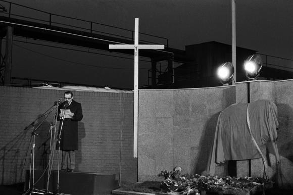 17 grudnia 1980 roku, w 10. rocznicę tragicznych zajść z 1970 roku przez bramą główną stoczni szczecińskiej odsłonięto tablicę upamiętniającą ofiary Grudnia'70. Fot. Ryszard Dąbrowski.