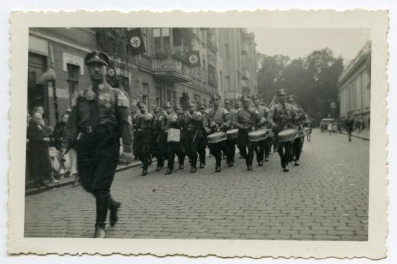 Orkiestra żołnierzy SA podczas defilady na jednej z ulic Szczecina. Muzeum Narodowe w Szczecinie