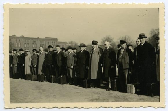 Willy Beermann wraz z innymi Niemcami stojącymi na jednym ze szczecińskich placów został powołany do rezerwy 30 listopada 1944 roku. Muzeum Narodowe w Szczecinie
